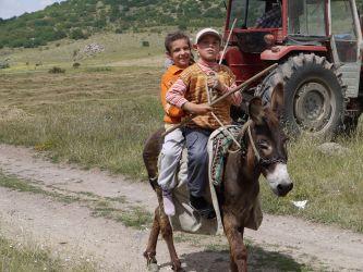ロバに乗った子供たち