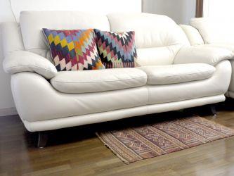 白のソファにはパステルカラーのクッションを